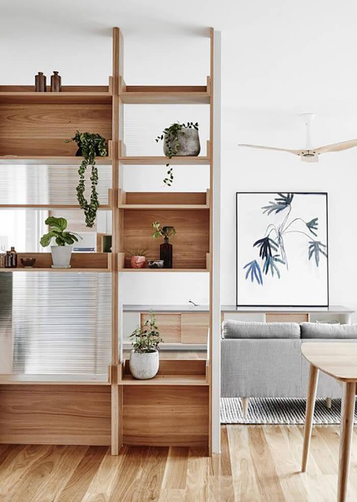 Estante de madeira separando espaço de casa