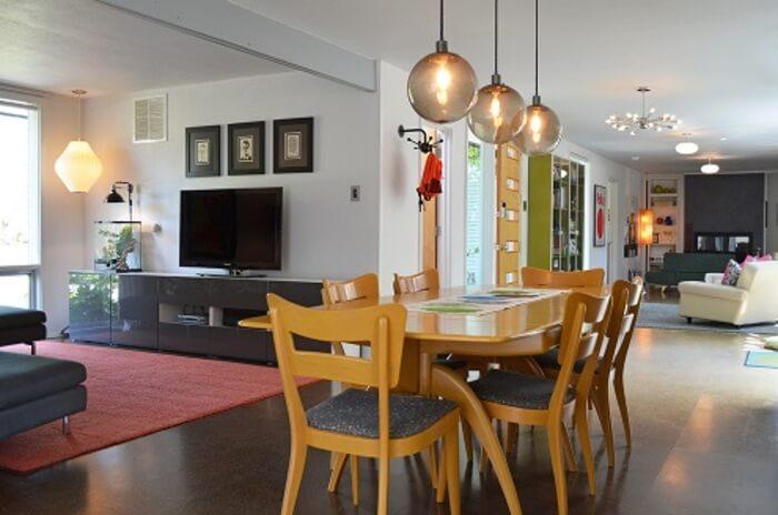 Sala de estar e sala de jantar com luminárias