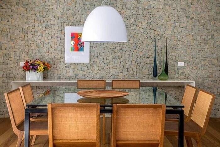 Sala de jantar com parede revestida