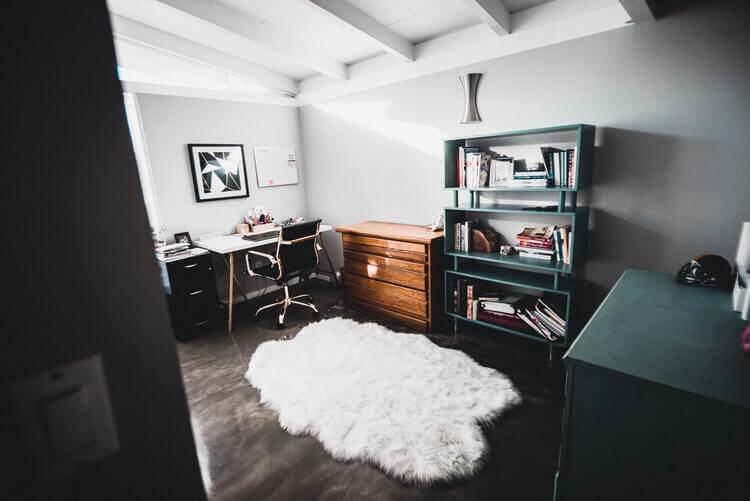 Escritório no quarto bem decorado e funcional