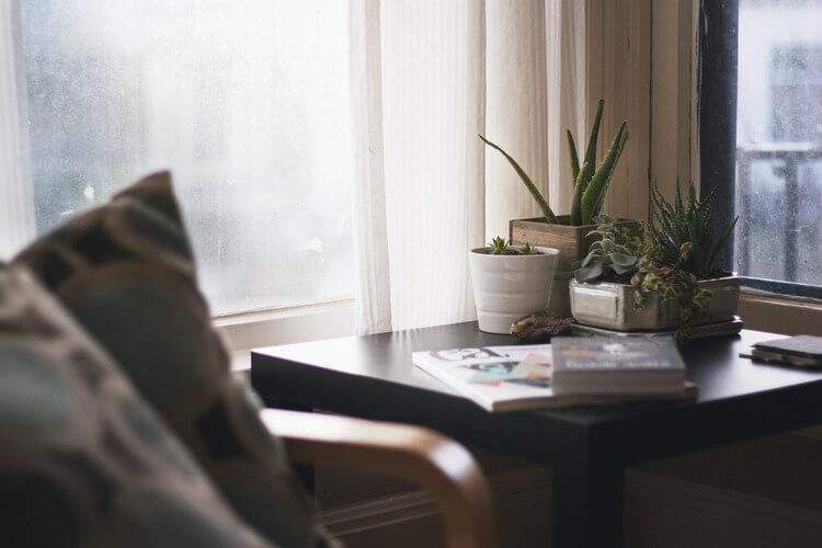 Decoração com mesa lateral na sala de estar